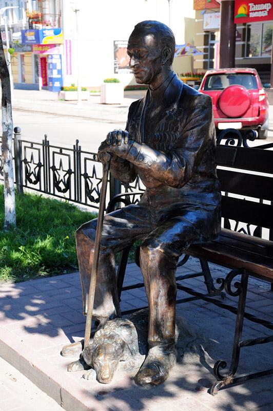 Калуга, памятник ветерану возле площади Победы