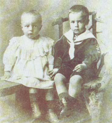 Двухлетний Володя (справа) со своим братиком