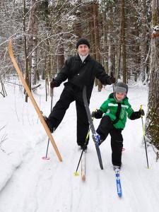 Крутые лыжники))). Антошке 5 лет.