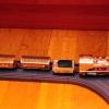 Безымянный самоходный паровозик на рельсах Die Cast