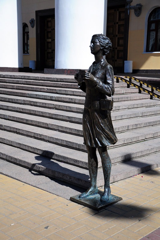 Калуга, памятник театральному зрителю рядом с драматическим театром