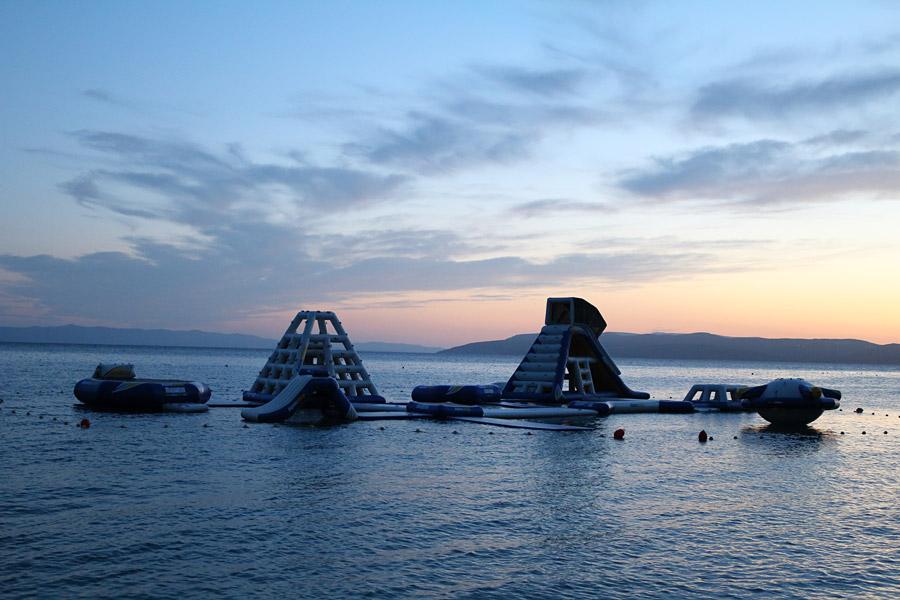 Пляжи Макарски: аква-парк