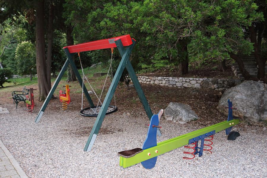 Млини: детская площадка на набережной