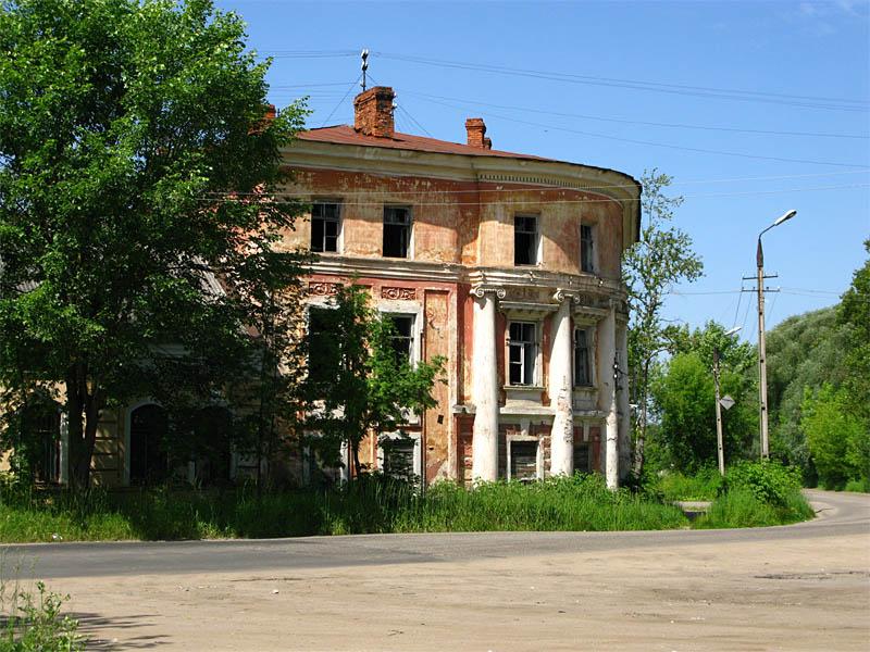 Здесь когда-то останавливалась императорская семья... Путевой дворец.