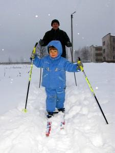 Впервые на лыжах. Антошке 3 годика.